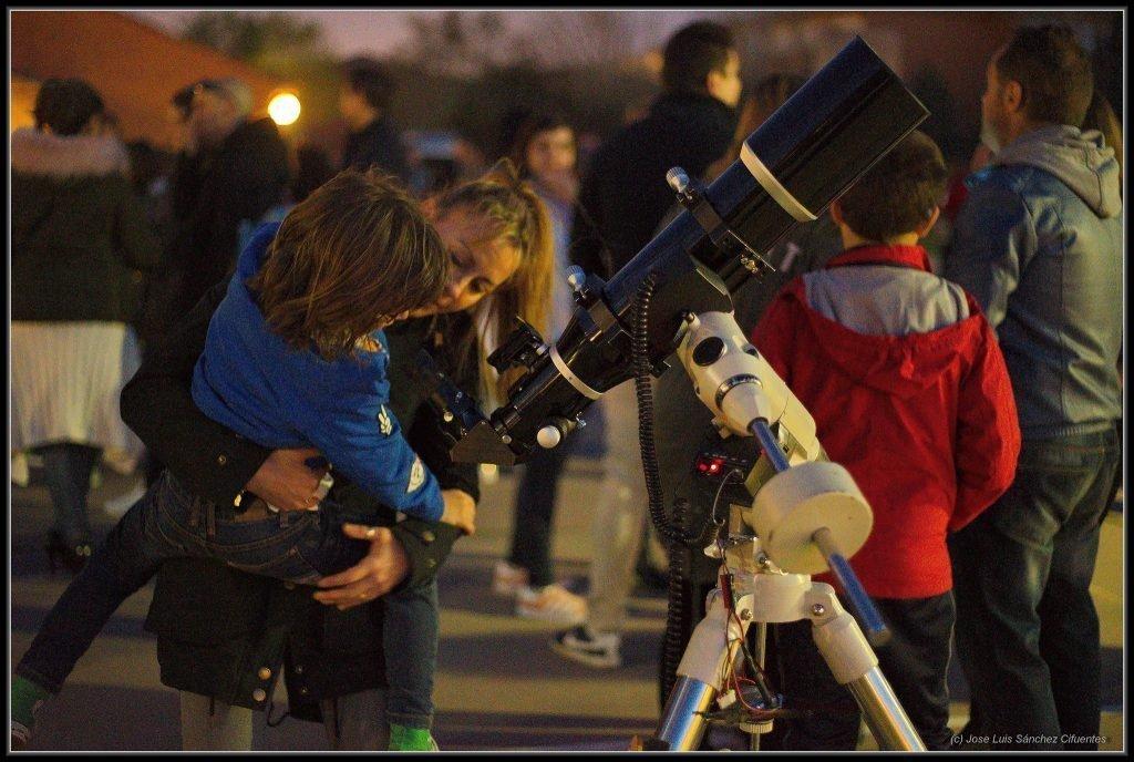 Observación astronómica realizada en un colegio de Móstoles por los socios de la AAMS.