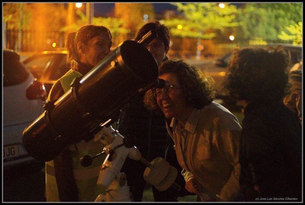 Observación pública en un colegio de Tres Cantos con los telescopios de nuestros socios.